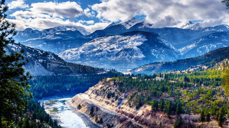 Sławna Fraser jaru trasa podąża Thompson rzekę gdy ono płynie przez śnieg zakrywać gór Nabrzeżna góra obraz royalty free
