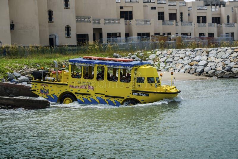 Sławna kaczka objeżdża przyciąganie z amfibią która może działać jako autobus i jako łódź fotografia royalty free