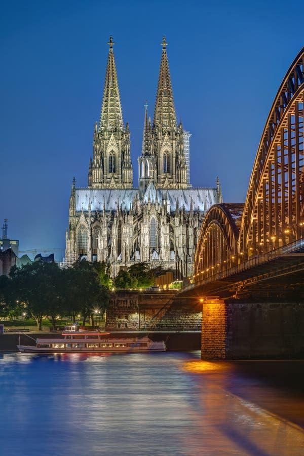 Sławna Kolońska katedra i Hohenzollern kolejowy most obrazy royalty free