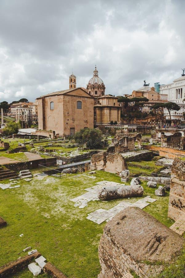 sławne rzymskie forum ruiny na chmurnym dniu, fotografia stock