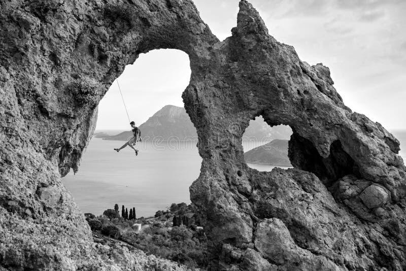 Sławne skały Kalymnos wyspa, młody człowiek wspina się skałę zdjęcia royalty free