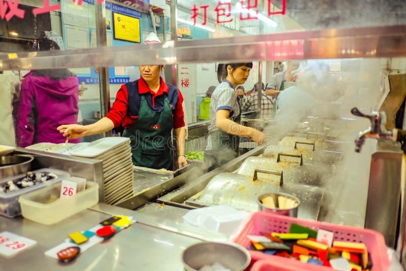 Sławnego Chińskiego kluski sklepowy i Nieobznajmiony Chiński szefa kuchni kucharstwo w «Beijing drogowym «chodzący ulicę w Guangz obraz royalty free