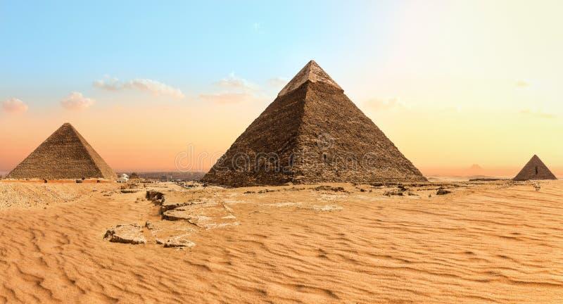 Sławni Giza ostrosłupy w piasek pustyni, Egipt obraz royalty free