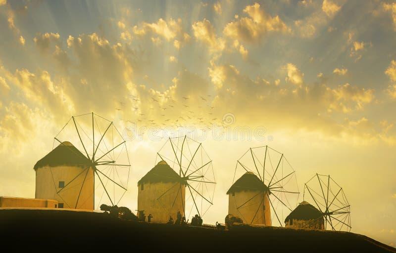 Sławni Mykonos wiatraczki w zmierzchu obrazy royalty free