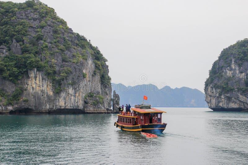 Sławni UNESCO dziedzictwa miejsca brzęczenia Tęsk zatoka z galanteryjnymi skałami, turkus wodą i łodziami, zdjęcie stock