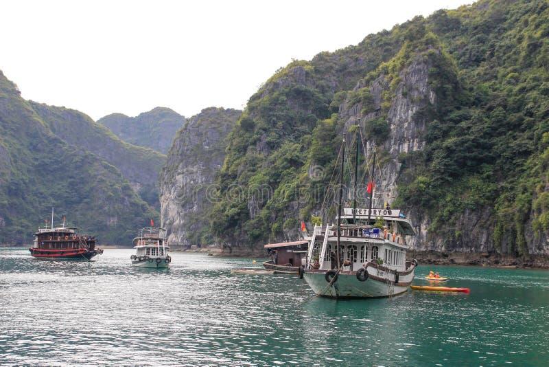Sławni UNESCO dziedzictwa miejsca brzęczenia Tęsk zatoka z galanteryjnymi skałami, turkus wodą i łodziami, obraz stock