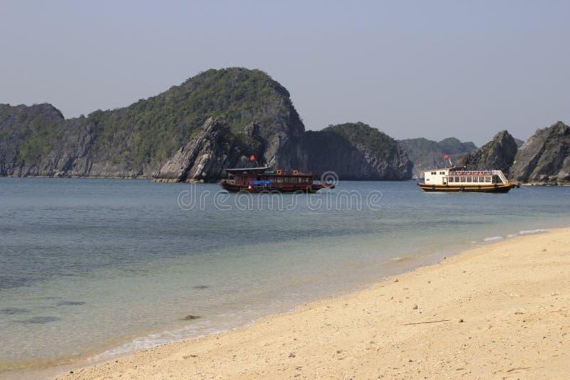 Sławni UNESCO dziedzictwa miejsca brzęczenia Tęsk zatoka z galanteryjnymi skałami, turkus wodą i łodziami, obrazy royalty free
