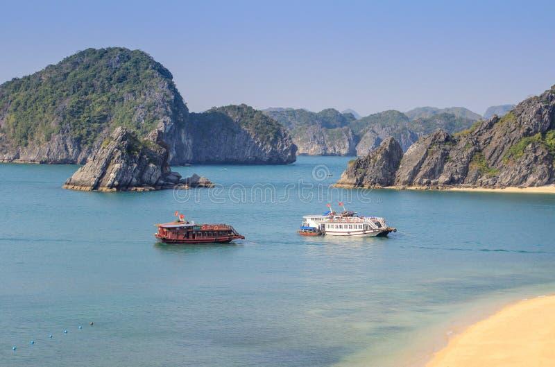 Sławni UNESCO dziedzictwa miejsca brzęczenia Tęsk zatoka z galanteryjnymi skałami, turkus wodą i łodziami, zdjęcia stock