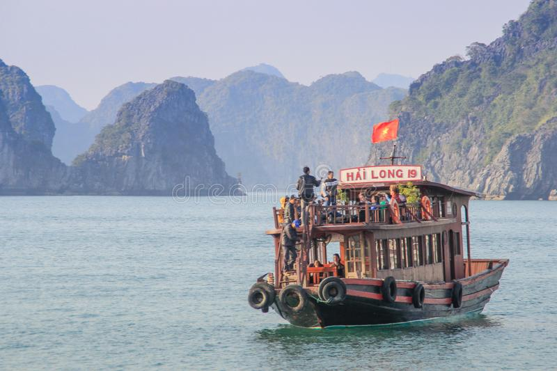 Sławni UNESCO dziedzictwa miejsca brzęczenia Tęsk zatoka z galanteryjnymi skałami, turkus wodą i łodziami, fotografia royalty free