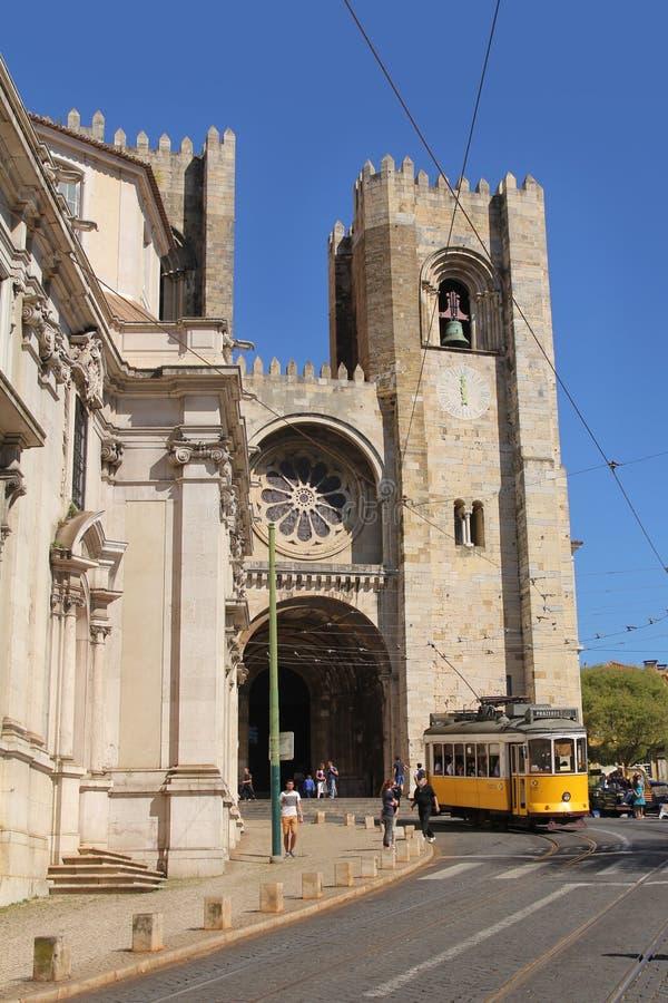 Sławny żółty tramwaj liczba 28 przed Lisbon katedrą zdjęcia stock