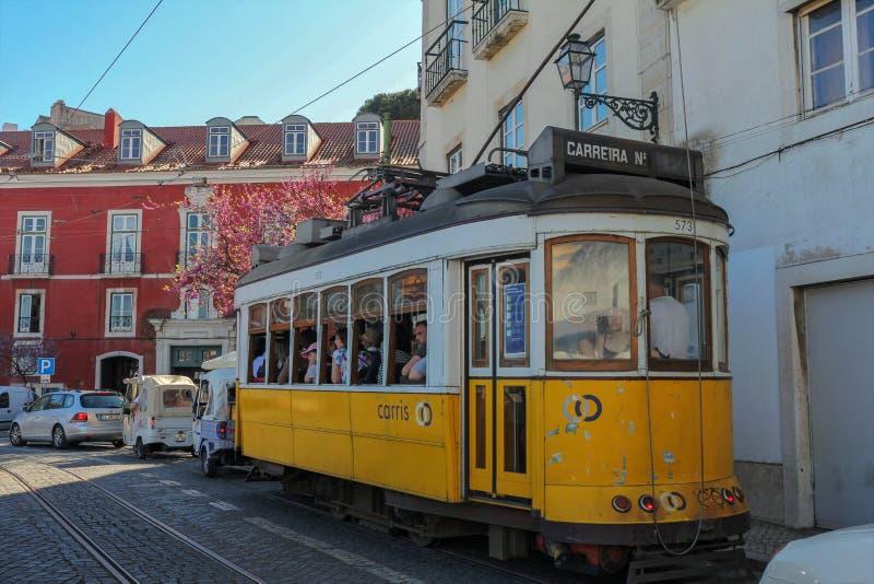 Sławny żółty tramwaj na Largo Portas robi zolowi, Lisbon, Portugalia fotografia stock