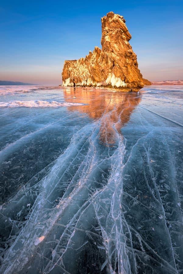 Sławny Baikal jeziora lód Ogoy przy zmierzchem i wyspa, Baikal jezioro, R fotografia royalty free