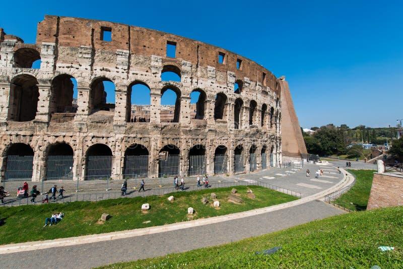 Sławny colosseum na jaskrawym obrazy stock