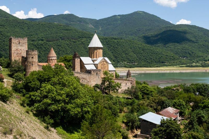 Sławny georgian zwiedzający Ananuri grodowy Gruzja obraz royalty free