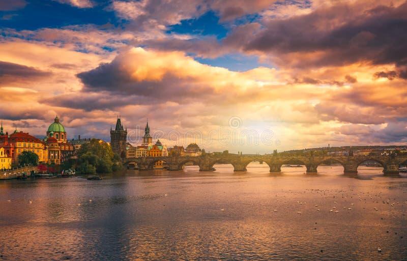 Sławny ikonowy wizerunek Charles most przy zmierzchem w wiośnie, Pragu zdjęcia stock