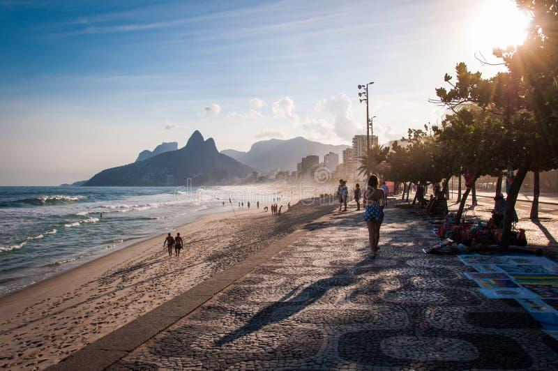 Sławny Ipanema chodniczek zmierzchem w Rio De Janeiro fotografia royalty free
