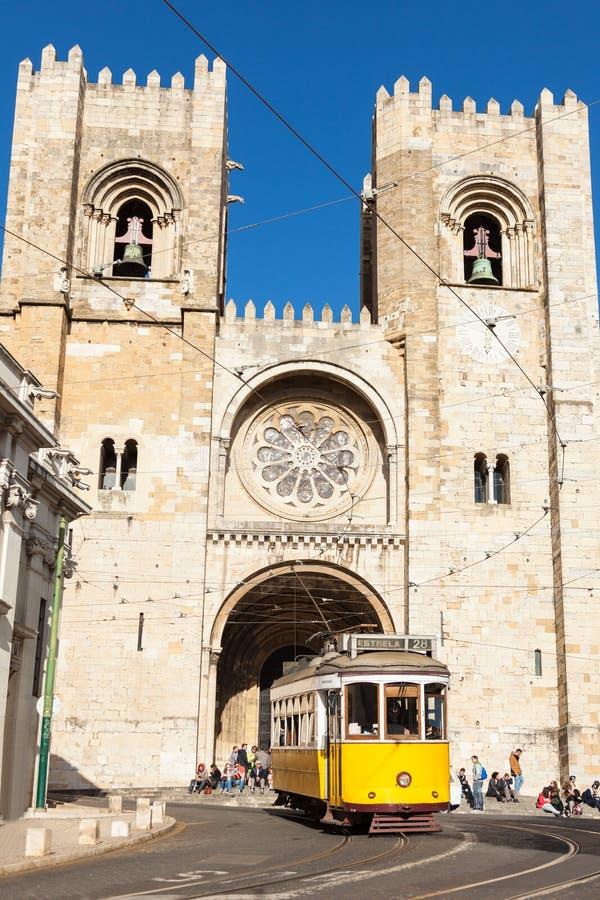 Sławny koloru żółtego 28 tramwaj Lisbon omijanie przed Santa Ma fotografia stock