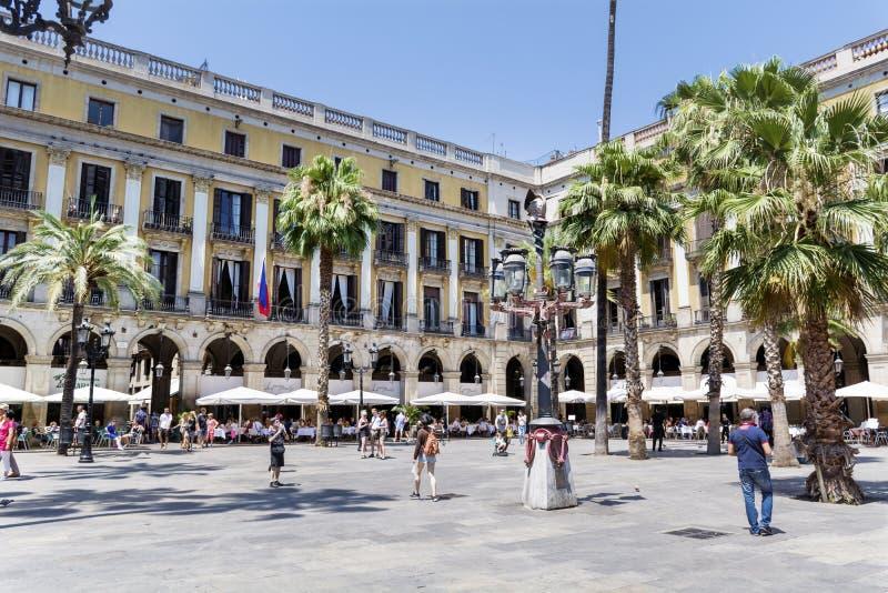 Sławny Placa Reial z turystami w Barcelona Hiszpania zdjęcie royalty free