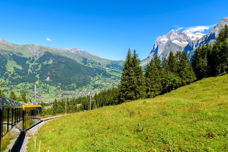 Sławny pociąg między Grindelwald i Jungfraujoch stacją - kolej wierzchołek Europa, Szwajcaria obrazy stock