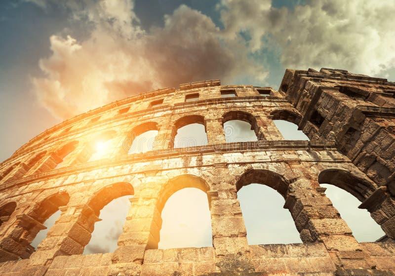 Sławny Pula Amphitheatre w Chorwacja z dramatycznym niebem obrazy stock