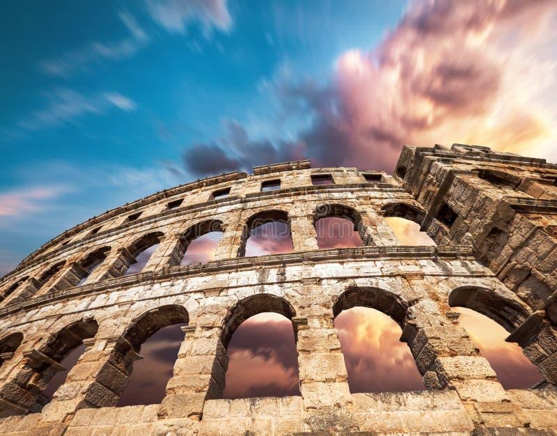 Sławny Pula Amphitheatre w Chorwacja z dramatycznym niebem fotografia stock