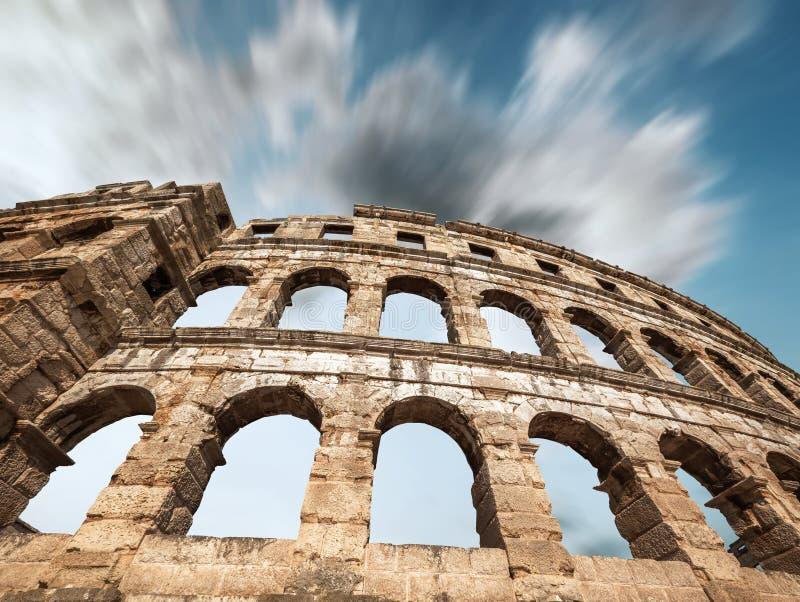 Sławny Pula Amphitheatre w Chorwacja z dramatycznym niebem obraz stock