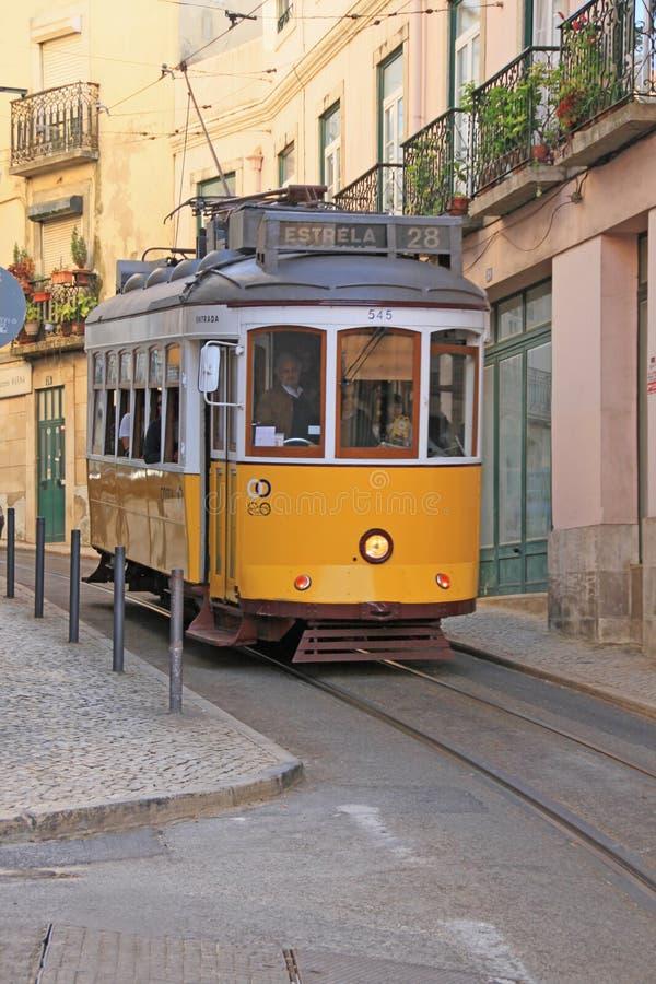 Sławny stary tramwaj na ulicznym Lisbon fotografia stock
