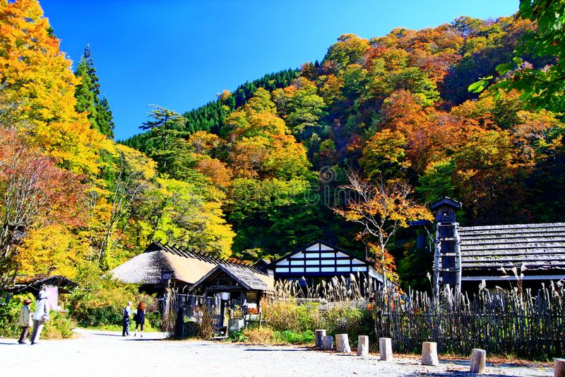 Sławny Tsurunoyu onsen ryokan podczas jesieni obrazy stock