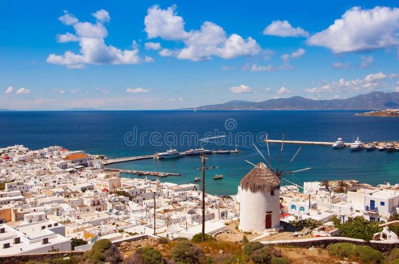Sławny wiatraczek nad miasteczko Mykonos w Grecja przeciw fotografia royalty free
