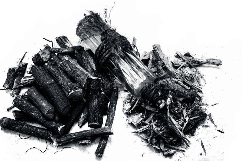 Sławny zielarski Lukrecjowy korzeń, likworu korzeń lub Mulethi korzeń odizolowywający na bielu wraz z ite istotnym olejem zdjęcie royalty free