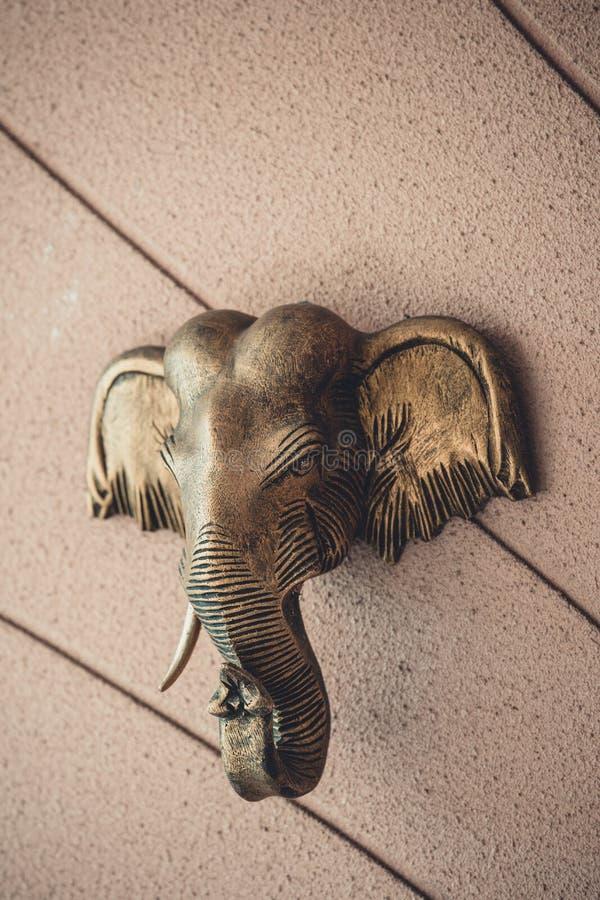 Słoń głowa na ściennym tle - statua dla dekoraci, mosiądz fotografia royalty free