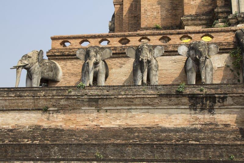 Słoń statuy dekorowali na ścianie antyczna świątynia fotografia stock