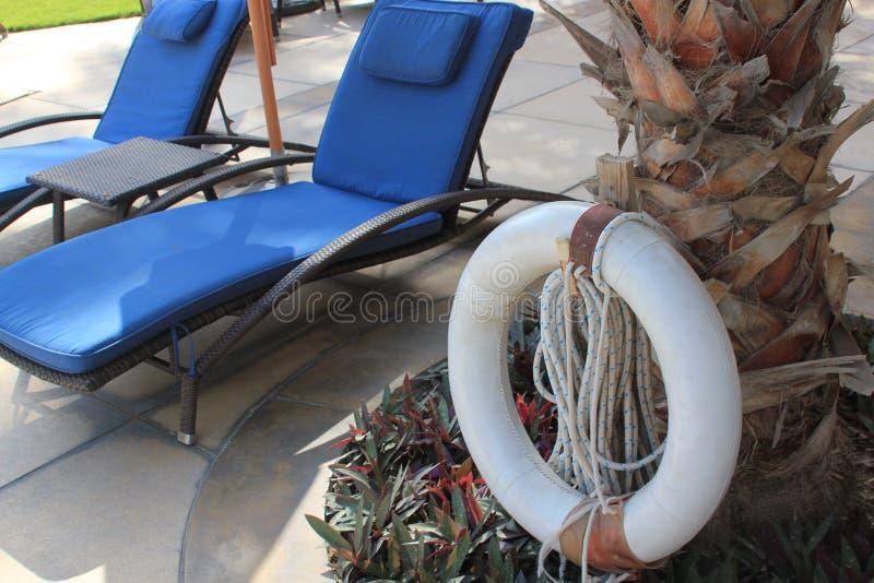 Słońc loungers i życie pierścionek przy luksusowym kurortem zdjęcie royalty free