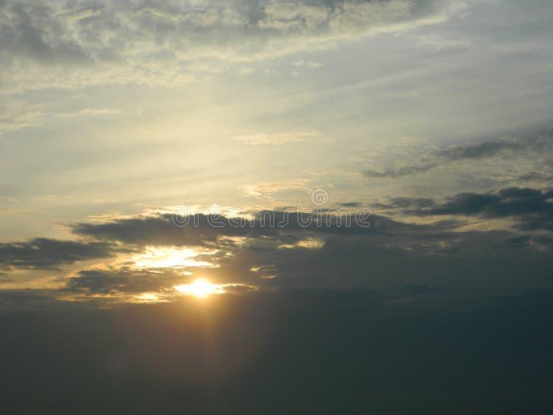 Słońc spojrzenia out od chmur za fotografia stock