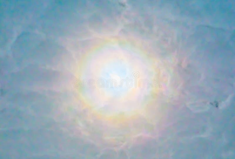 Słońca łamanie przez bardzo chmurnego nieba, błyszczy światło w tęcza kolorach, pogodowego zjawisko w niebie, obiecującego lub in zdjęcie stock