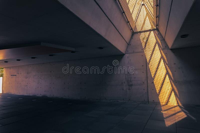 Słońca światło błyszczy w przejście podziemne chociaż szkło fotografia stock