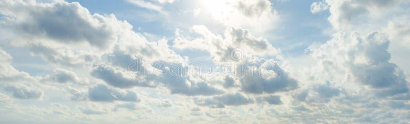 Słońca światło za niebieskim niebem i chmurą obraz royalty free