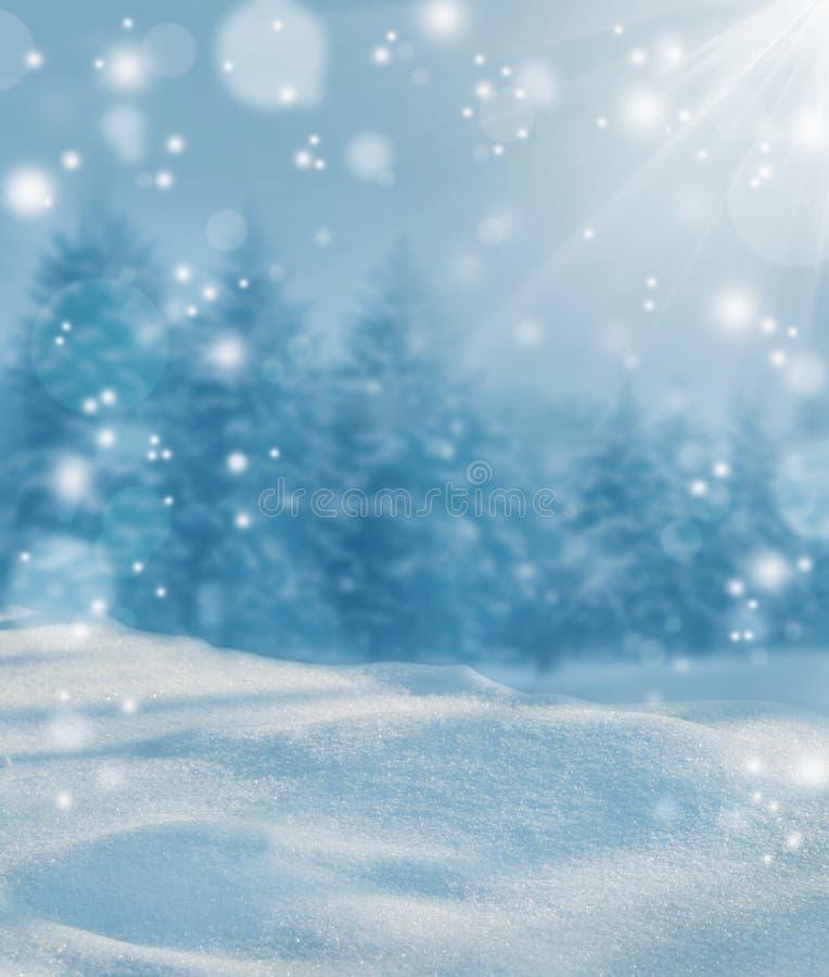 Słońca błyszczenie na śniegu tło płatków śniegu biały niebieska zima Zimny mroźny dzień zdjęcie stock
