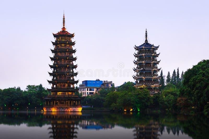 Słońca i księżyc pagody w Guilin, Guangxi prowincja, Chiny obrazy stock