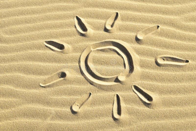 Słońca jaśnienie rysujący w piasku fotografia stock