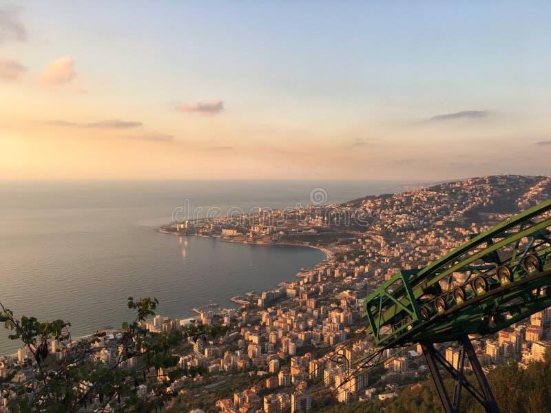 Słońca miasta widoku gór budynki denni obraz stock