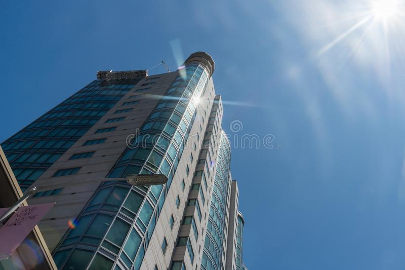 Słońca odbijać okno wysoki budynek mieszkalny w w centrum San Francisco fotografia royalty free