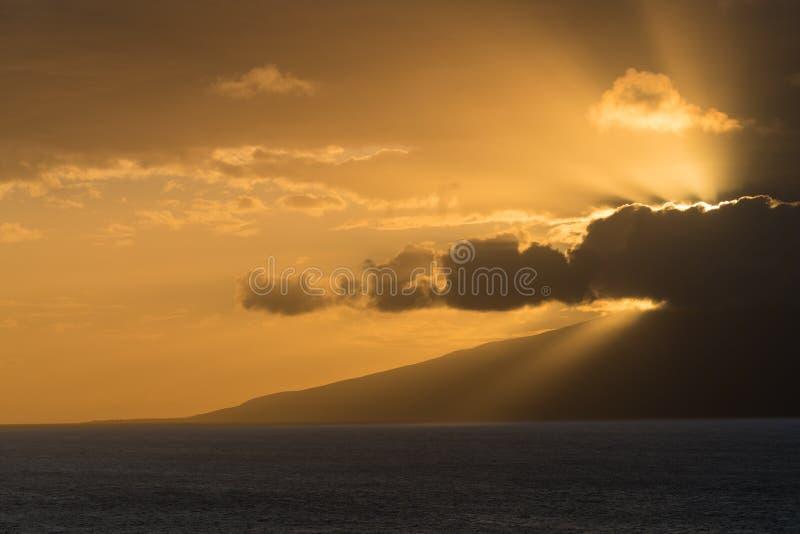 Słońca położenie za wyspą Molokai od Maui fotografia stock