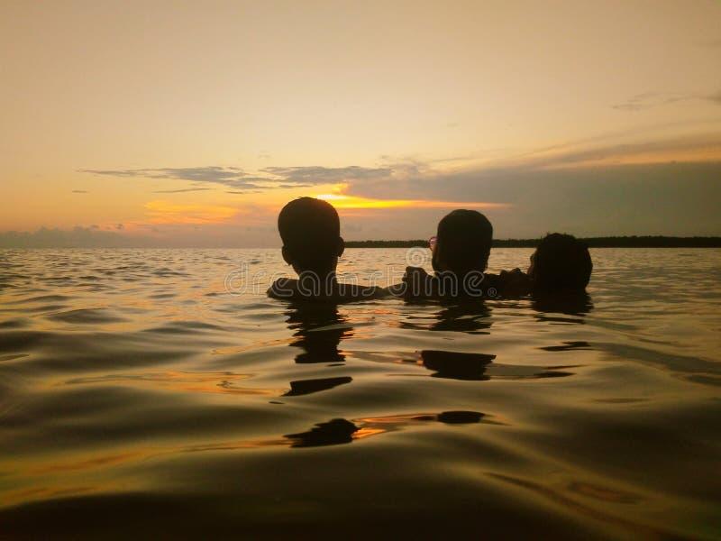 Słońca skąpanie na morzu obrazy stock