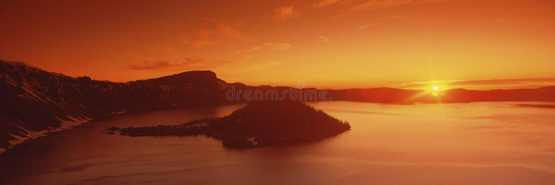 Słońca wydźwignięcie nad Krateru Jeziora Park Narodowy fotografia stock