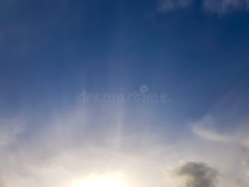 Słońca wydźwignięcie w ranku niebie właśnie pod horyzontem, obrazy royalty free