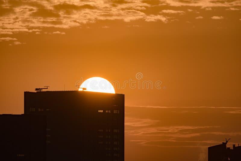 Słońca wydźwignięcie za budynkiem zdjęcia royalty free