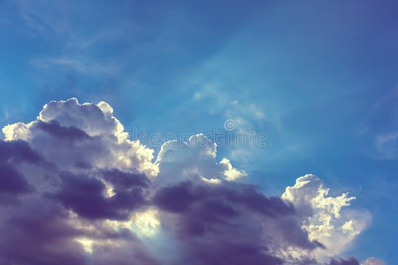 Słońca Zmierzchowy ray& x28; beam& x29; na niebie fotografia royalty free