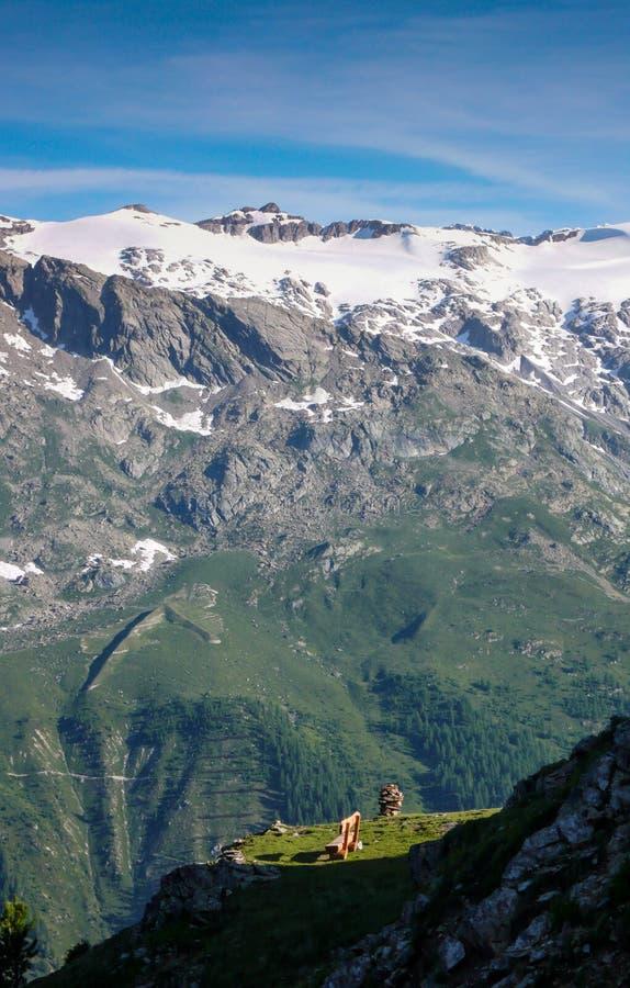 Słońce błyszczy na drewnianej ławce przy scenicznym punktem widzenia z wielkim panorama widokiem Alps w Szwajcaria obrazy stock