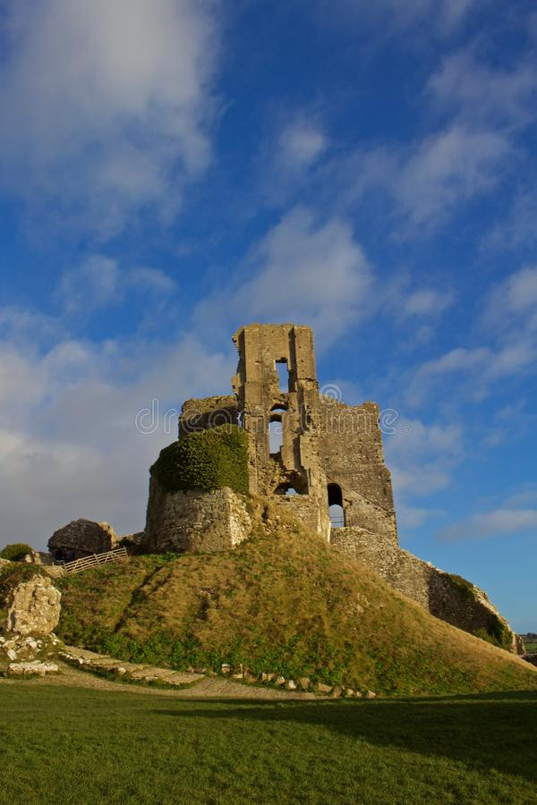 Słońce błyszczy na resztkach Corfe kasztel, Dorset, Anglia zdjęcie stock